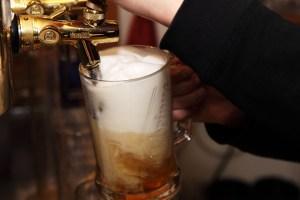 Pichet de bière qu'on remplit