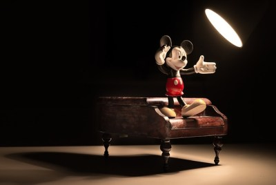 Figurine de Mickey Mouse sur un piano