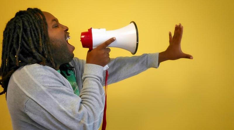 Parler dans un porte-voix