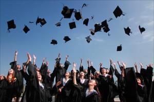 Un groupe de jeunes diplômés