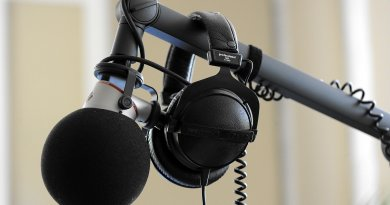 Microphone et casque d'écoute dans un studio