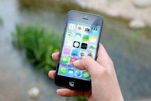 Une personne tient un iPhone