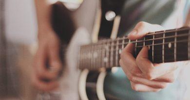 Un guitariste jouant de son instrument