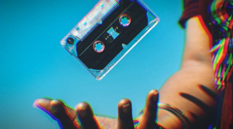 Quelqu'un qui lance une cassette audio