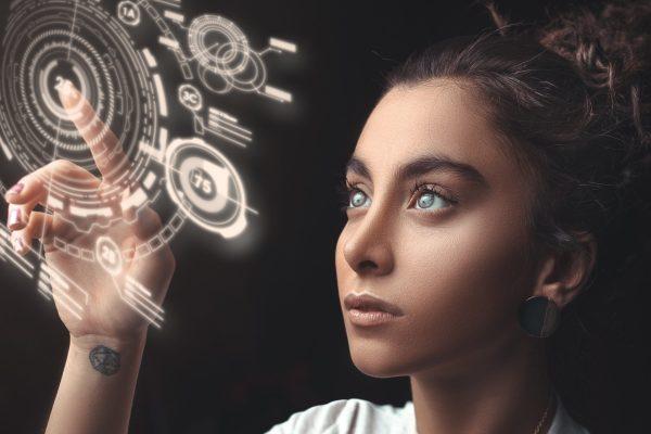 Une jeune femme dans le futur