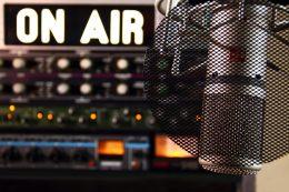 """Une affiche """"ON AIR"""" derrière un microphone"""