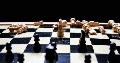 Des pièces d'échecs renversées sur un échiquier