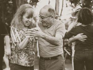 Deux aînés qui dansent ensemble
