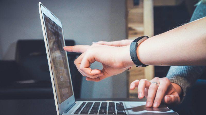 Deux personnes sur un ordinateur portable
