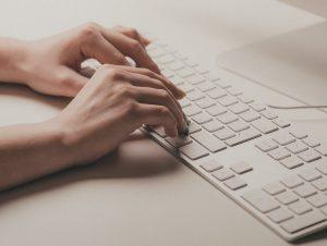 Une personne qui tape sur un clavier