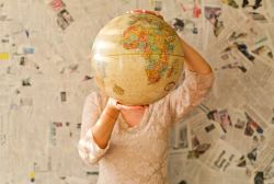 Une femme tient un globe terrestre