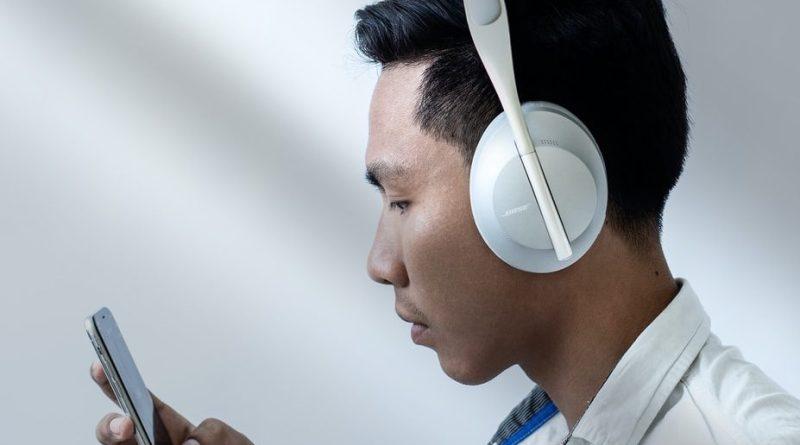 Un homme écoute du contenu audio sur son smartphone