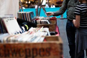 Des gens devant un étalage de disques en vinyle