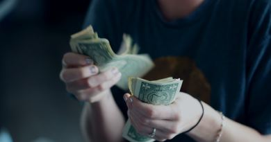 Une personne comptant des billets de banque