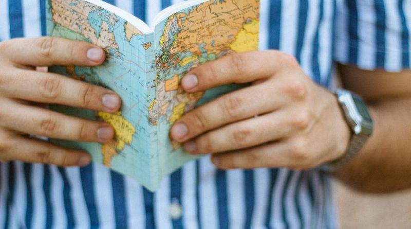 Un homme tient un carnet et voyage