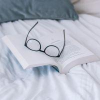 Lunettes à monture noire sur un livre