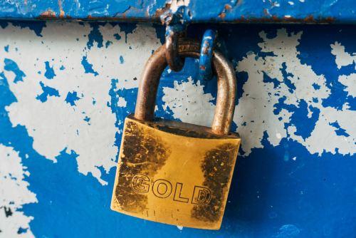 Cadenas sur une porte défraîchie peinte en bleu et blanc