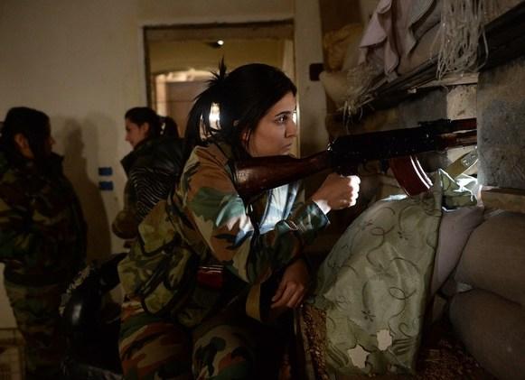فتاتان قناصتان من الفوج الخاص في الجيش العربي السوري ببلدة الدخانية