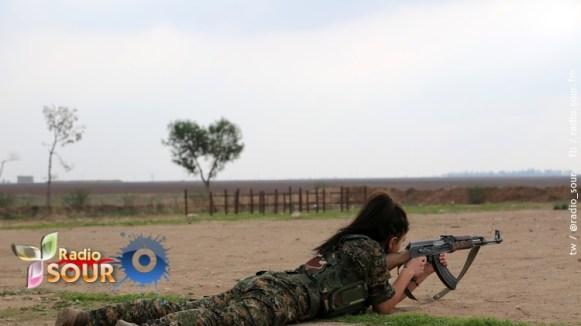 """مقاتلة سورية مسيحية من كتيبة """"قوات الإناث لحماية أراضي ما بين النهرين"""" أو """"قوات حماية نساء بيث نهرين""""، وهي تسمية تاريخية باللغة السريانية تعني بلاد الرافدين، في اشارة للمناطق التي تنحدر منها الاقلية السريانية حول نهري دجلة والفرات، مدينة القحطانية، بالقرب من الحدود السورية التركية، 1 ديسمبر 2015"""