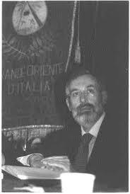 Riccardo Di Segni, rabbino capo della Comunità ebraica di Roma, fa ombra al labaro massonico del Grande Oriente d'Italia.  [Foto: Villa Vascello, Roma, 26 maggio 2003]