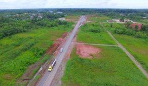 Habitantes de los barrios de la ciudad de Nueva Loja fueron testigos de la entrega de un obra de asfaltado de 4,5 kilómetros en la avenida Jorge Aguilera