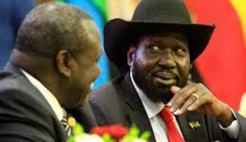 South Sudan's President Salva Kiir (R) talks to South Sudan's rebel leader Riek Machar as they sign a cease fire and power sharing agreement with in Khartoum, Sudan August 5, 2018. /REUTERS