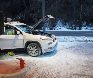 Automobile in fiamme in un distributore a Paluzza