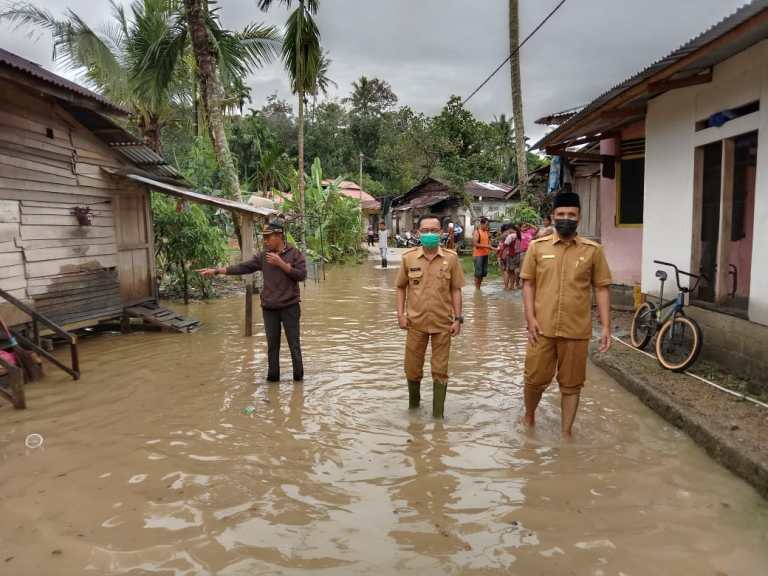 Terus Hujan, Nagari Pasar Muaralabuh Siagakan 2 Perahu Karet