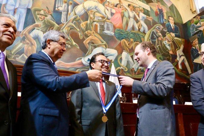 Condecoran a doctor Carlos Alonso Orozco