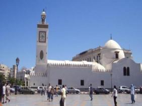صورة فيروس كورونا : وزارة الشؤون الدينية تدعو الائمة الى تخفيف الصلوات وغلق المساجد بعد الإنتهاء منها