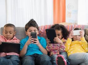 صورة تطبيق يساعد الآباء على مراقبة ما يحدث على هواتف أطفالهم