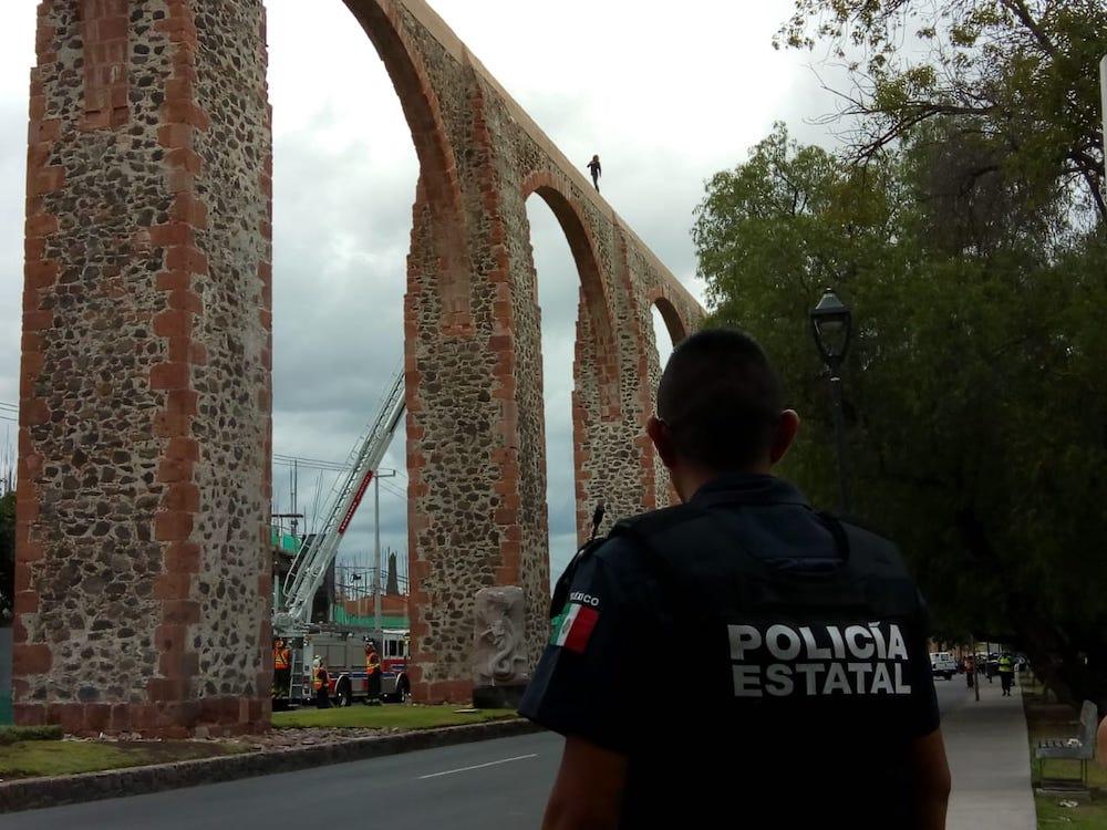 ACTIVAN PROTOCOLOS DE EMERGENCIA PARA BAJAR A UNA PERSONA CON VIDA SOBRE LOS ARCOS