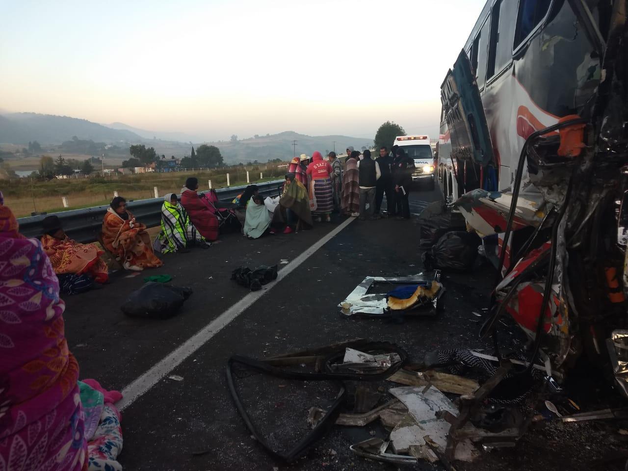 CHOCA AUTOBÚS CONTRA TRÁILER EN LA MARAVATÍO-ATLACOMULCO