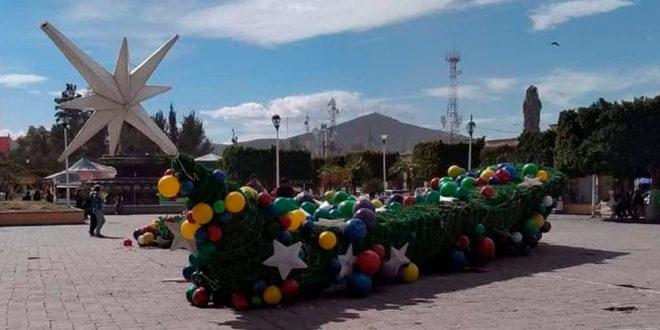 CAE ÁRBOL DE NAVIDAD GIGANTE EN HIDALGO
