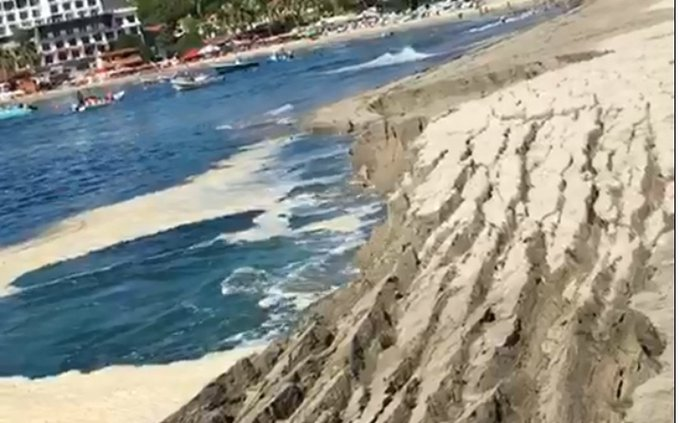 SE HUNDE PLAYA EN PUERTO ESCONDIDO, OAXACA