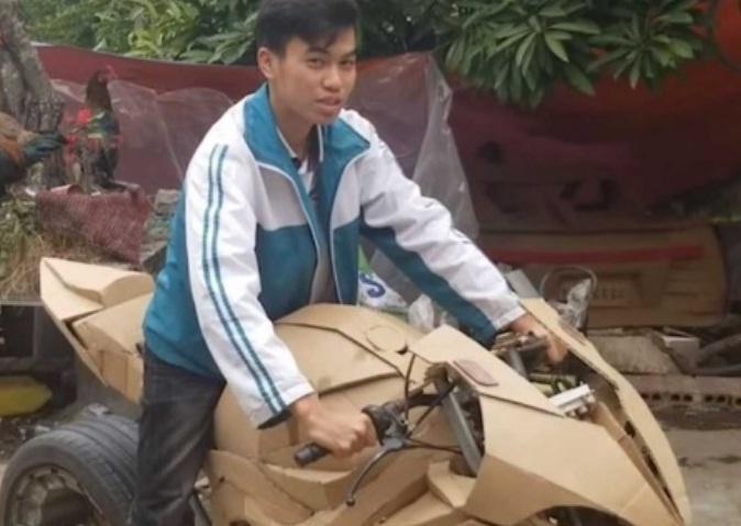 JOVEN CREA RÉPLICA DE UNA MOTOCICLETA BMW CON CARTÓN