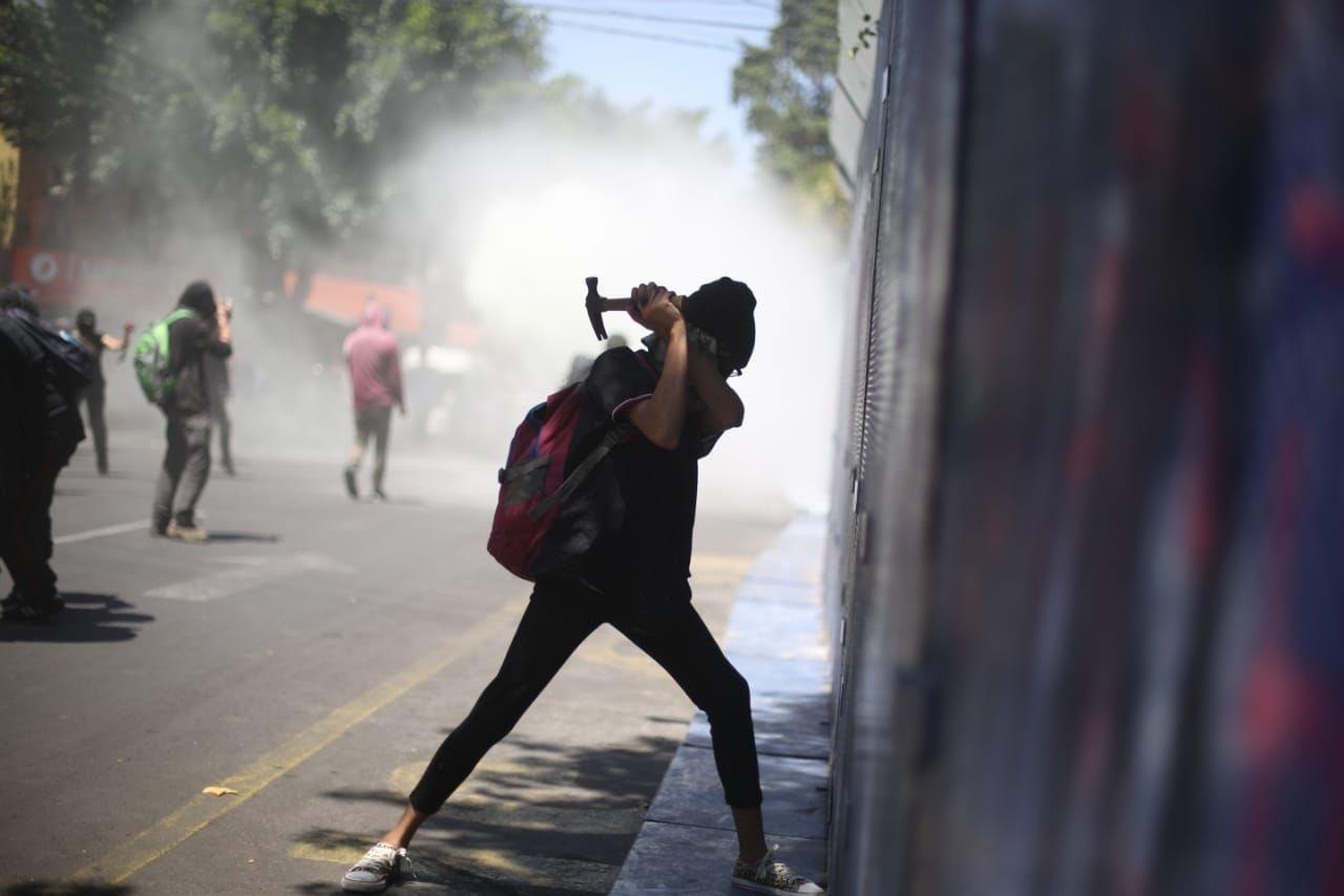 PROTESTAS EN LA CDMX DEJAN CUATRO LESIONADOS Y DAÑOS MATERIALES