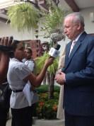El doctor Alburquerque responde preguntas de la prensa después de la actividad. | Foto: J. Sing