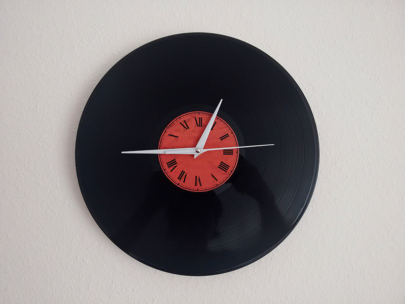 The hand for the seconds moves very smoothly and makes the entire clock pretty elegant.