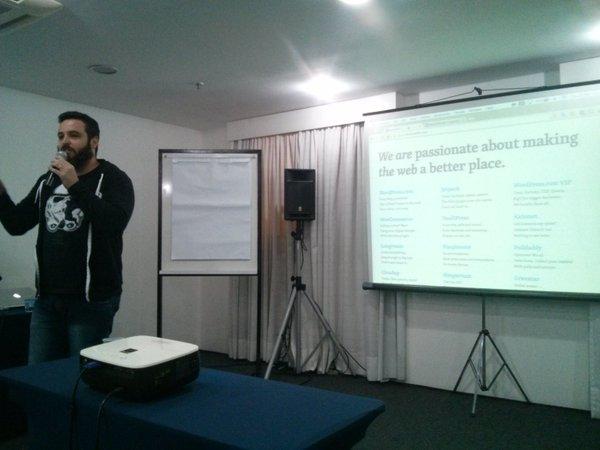 Rafael Funchal falando sobre vagas na Automattic no meetup PHPSP