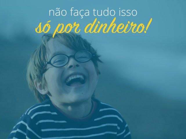 Texto ¨Não faça tudo isso só por dinheiro¨ sobre foto de uma criança com óculos sorrindo