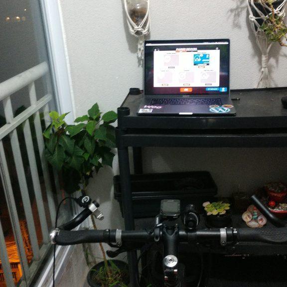 Computador com Zwift e adaptador ANT+