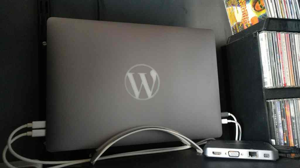 MacBook Pro personalizado com logo do WordPress