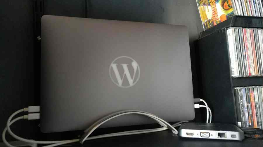 MacBook Pro personalizado com logo do WordPress