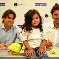Nadal Ferrer sign autographs for fans Peru 2013 (1)