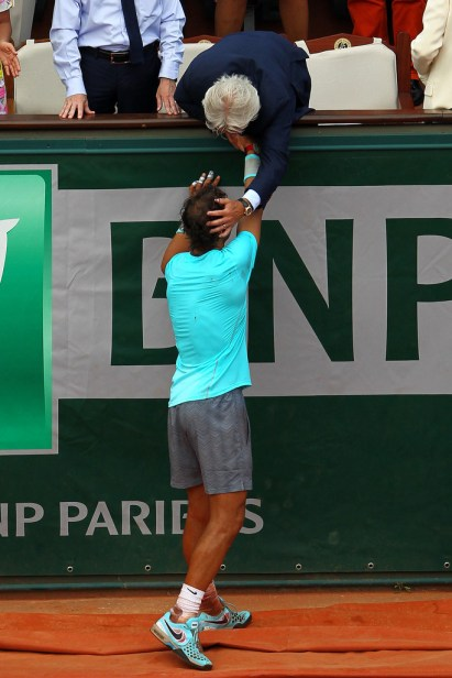 Rafael Nadal is congratulated by his girlfriend, family, friends and the rest of team (11)