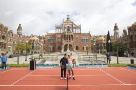 Rafael Nadal and Kei Nishikori play tennis in front of the Sant Pau Recinte Modernista in Barcelona 2015 (1)