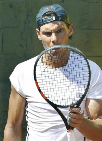 Rafael Nadal new Babolat recket broken strings (1)