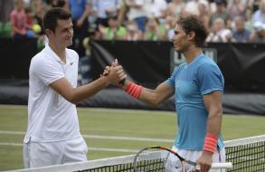 El tenista español Rafael Nadal (d) estrecha la mano al australiano Bernard Tomic (i), tras su victoria en el partido de cuartos de final del torneo de tenis de Stuttgart (Alemania), hoy, viernes 12 de junio de 2015. EFE/Marijan Murat