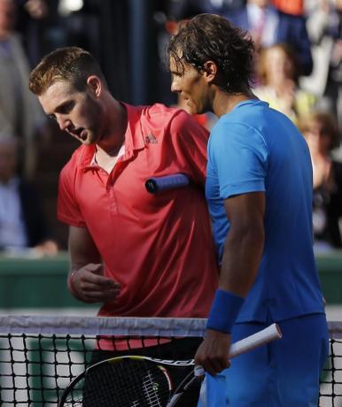 El tenista español Rafael Nadal (d), saluda al estadounidense Jack Sock (i), tras derrotarle en el partido de octavos de final de Roland Garros, que ambos han disputado en París, Francia, hoy, lunes 1 de junio de 2015. EFE/Etienne Laurent